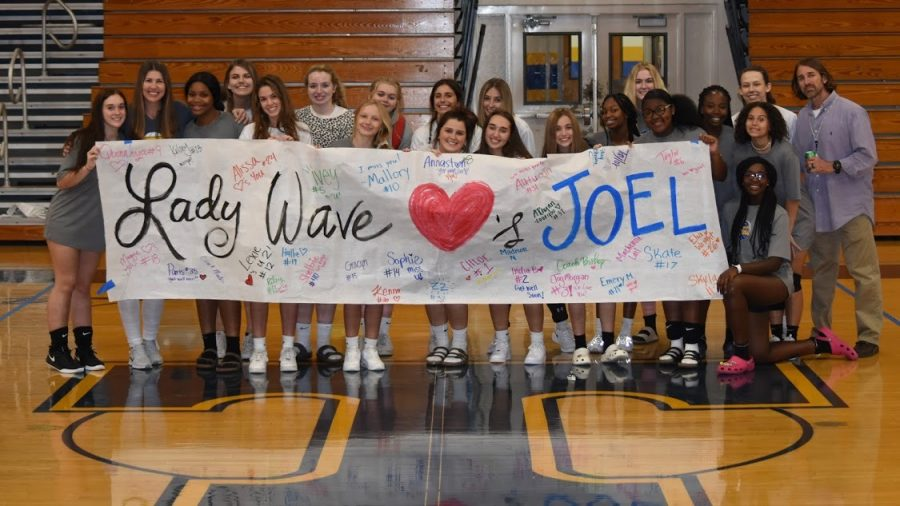 The+Lady+Wave+Volleyball+teams+shows+their+support+for+athletic+trainer%2C+Joel+Kennedy%2C+in+his+fight+against+cancer.
