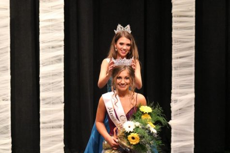 2020 Beauty Review winner Bailey Fulton is crowned and awarded with flowers by 2019 winner Skylar Carr.